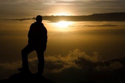 Dağın tepesinde dikilmek