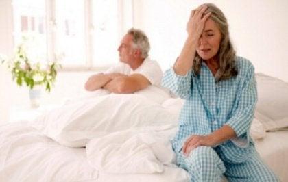 Yataktaki yaşlı çift