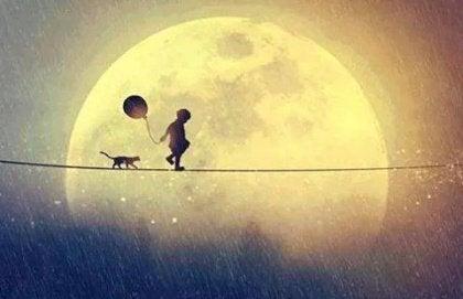 Kediyle yürüyen çocuk