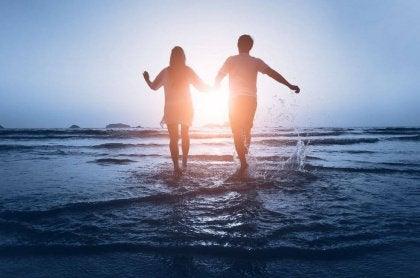 Kumsalda yürüyen çift