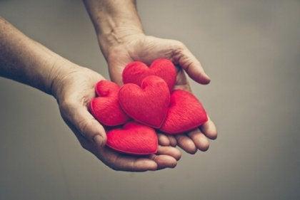 kalplerle-dolu-eller