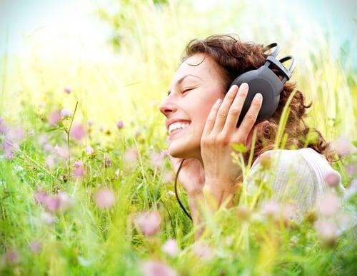 muzik-dinleyen-kadin