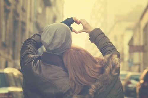 elleriyle kalp yapan çift