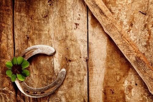 at nalı ve dört yapraklı yonca
