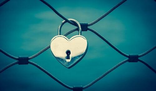 tele takılmış aşk kilidi