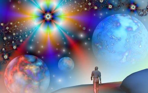evrende yürüyen adam