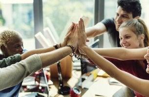 Grup çalışması yapan mutlu çalışanlar
