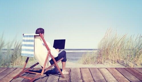 sahilde bilgisayarla çalışmak