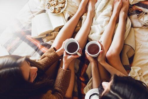 sıcak bir içecek eşliğinde bir arkadaşı dinlemek