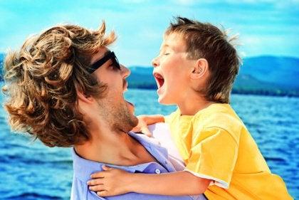 deniz kıyısında baba çocuk