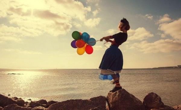 balonları tutan kız