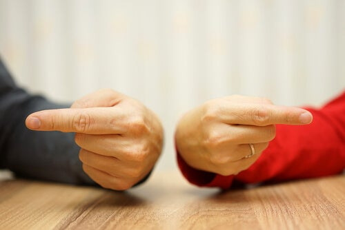 sahiplerine işaret eden eller