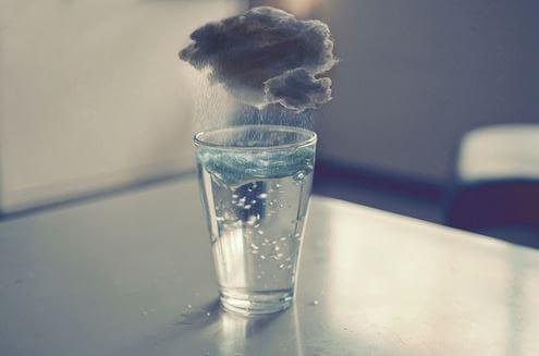 üstünde bulut olan su bardağı