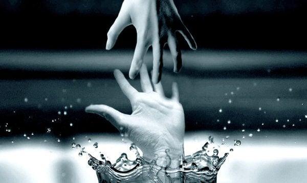 sudan çıkıp diğer ele uzanan el