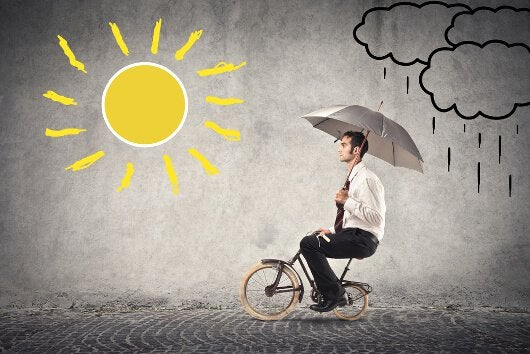 yağmurdan güneşe bisikletle giden adam