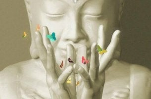 Dua eden buda heykeli ile kelebekler