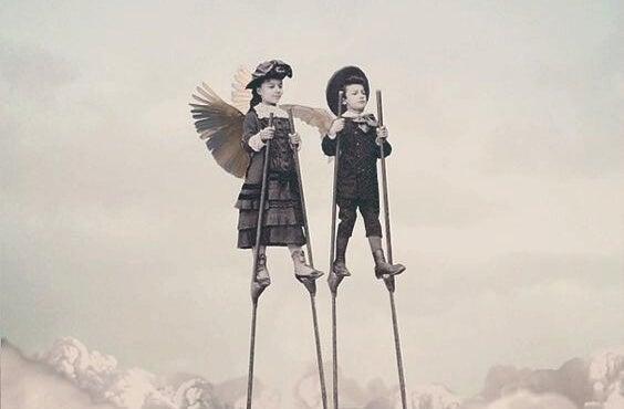 cambaz ayaklıklarında yürüyen küçük çocuklar
