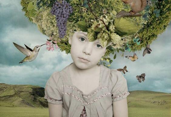 kafasında meyve ağacı olan küçük çocuk