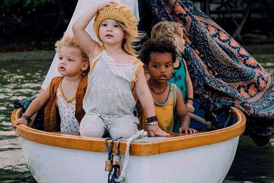 tekne içinde çocuklar