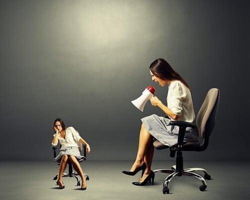 bağırıp iş arkadaşının motivasyonunu bozan kadın
