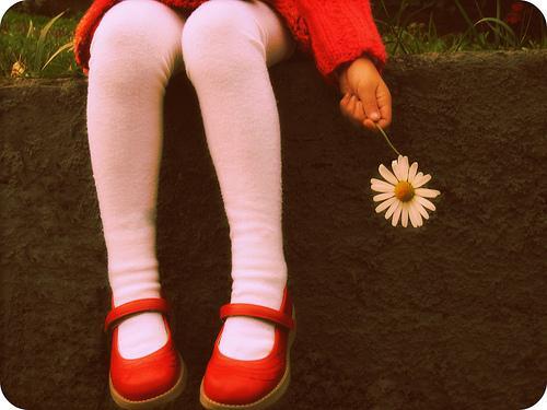 elinde çiçek tutan kız