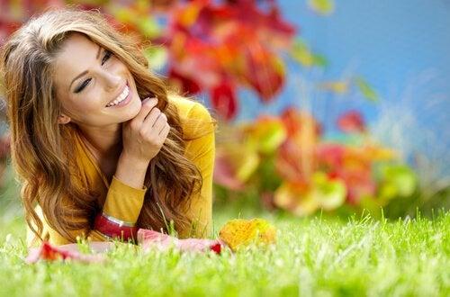 çimlere uzanmış mutlu kadın