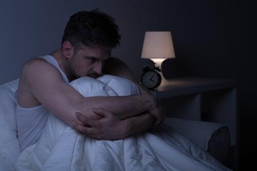 yatakta uyanık adam