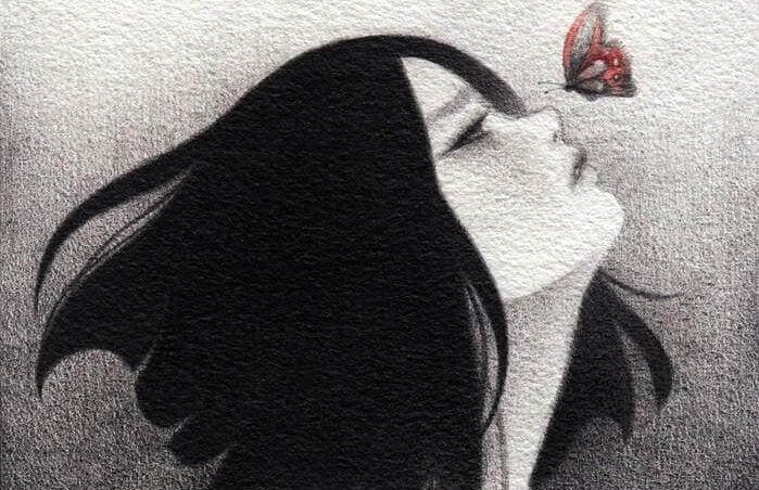 Kadının burnuna konmak üzere olan kelebek