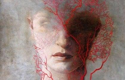 Kadının suratını saran kızıl kılcal ağaç dalları