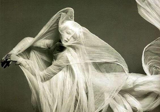 kumaşlara sarılmış kadın hayalet gibi duruyor