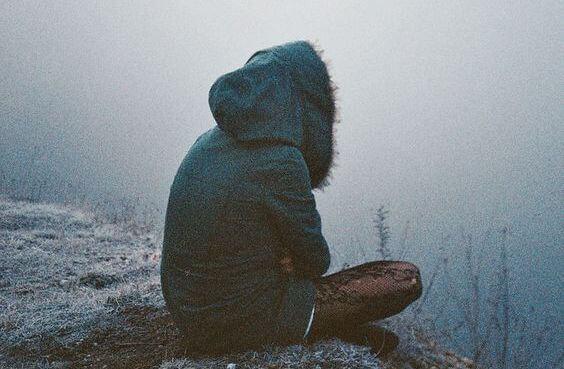 Uçurumun kenarında yalnız yalnız oturan kadın