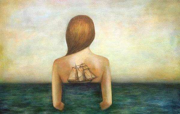 sırtında yelkenli olan kadın