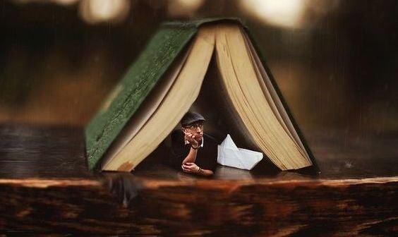bir kitap ve bekleyen ev