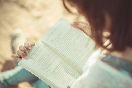 güneşli bir günde kitap okumanın sevinci