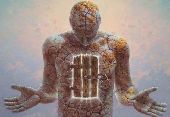 Kurumuş topraktan bir insan bedenindeki kilitli yürek