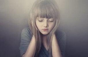 Elleri ile kulaklarını kapamış kız çocuğu