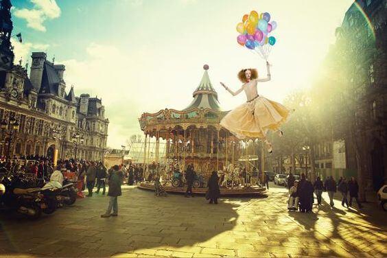 lunaparkta uçan balon tutan kadın