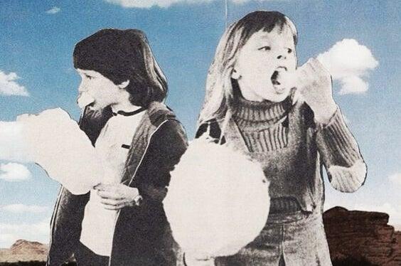 pamuk şekeri yiyen iki küçük çocuklar