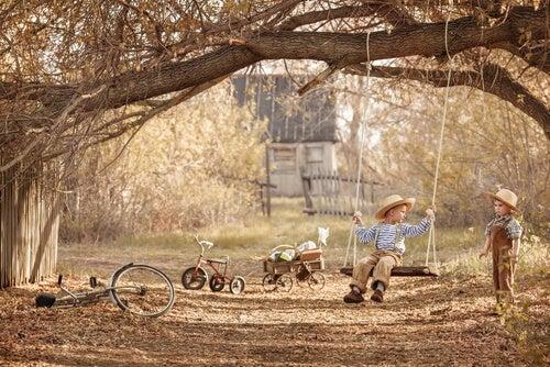 çocuklar, bisikletler ve ağaçta bir salıncak