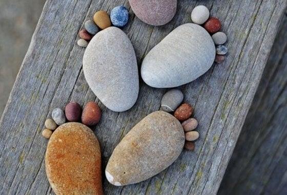 İrili ufaklı taşlardan yapılmış ayaklar
