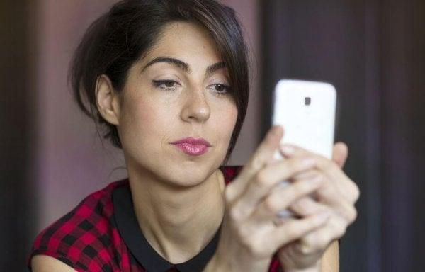 telefonu gizlice karıştıran kadın