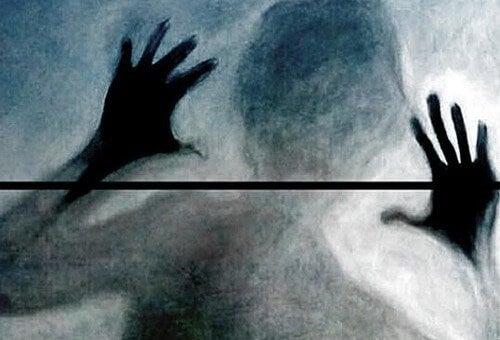 sisli duvar arkasında insan silüeti