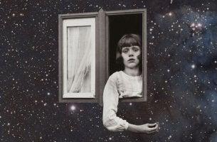 gökyüzü penceresinden bakan üzgün kız çocuğu