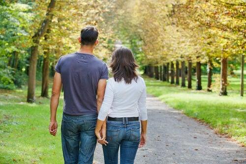 yürüyüş yapan çift