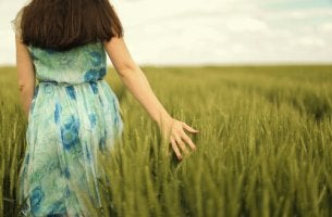 doğada yürüyen kadın