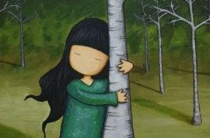 ağaca sarılmış küçük kız