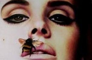 dudağında arı olan bir kadın