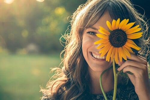 ayçiçeği ve gülümseyen kadın