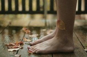 çıplak ayaklara gelen yapraklar