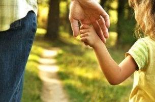 kızının elini tutan baba